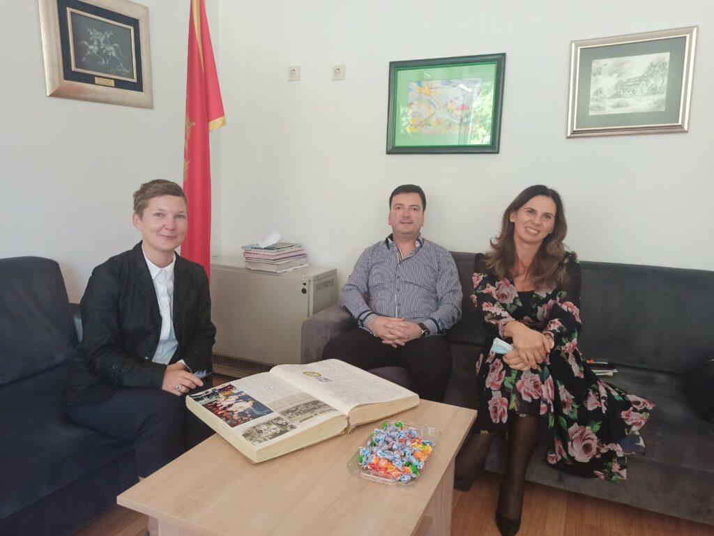 Raziskovalka med pogovorom z ravnateljem in učiteljico OŠ Sutjeska